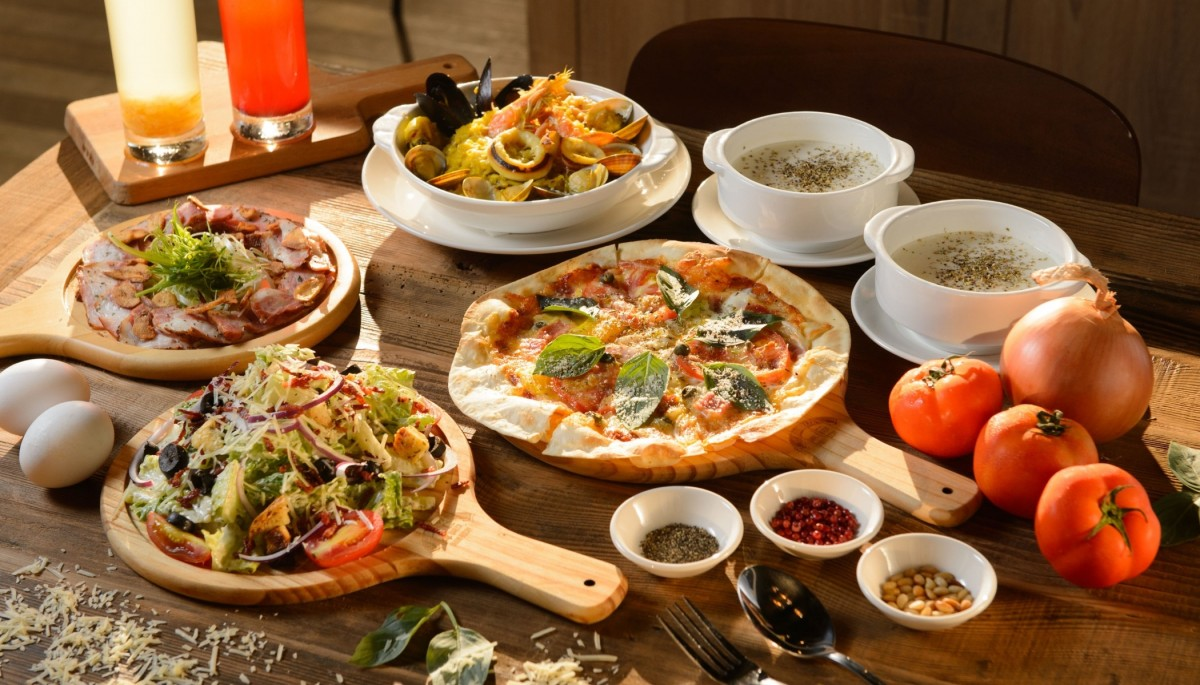 Jigsaw Puzzle Pizza and snacks