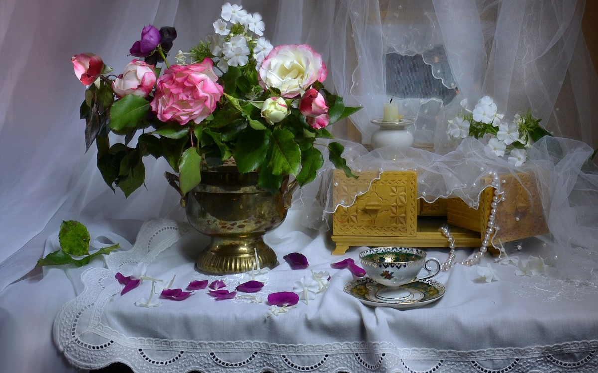 Jigsaw Puzzle Solve jigsaw puzzles online - Flowers and casket