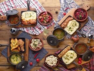 Собирать пазл Assorted dishes онлайн