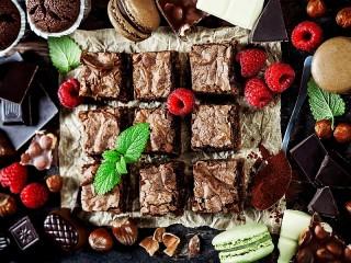 Собирать пазл Brownie with raspberries онлайн