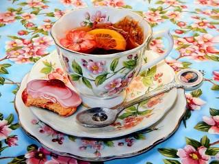 Собирать пазл Tea with the Queen онлайн