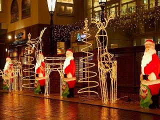 Собирать пазл Santa Clauses on alley онлайн