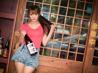 Собирать пазл A girl with a bottle онлайн