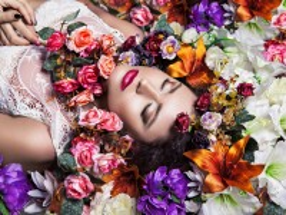 Собирать пазл Girl among flowers онлайн