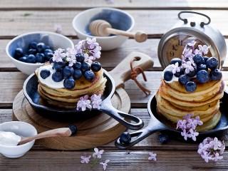 Собирать пазл Blueberries and lilacs онлайн