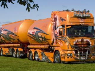 Собирать пазл Truck with a tunker онлайн