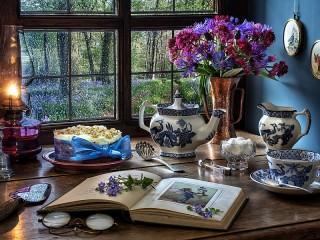 Собирать пазл Book and blue flowers онлайн