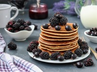 Собирать пазл Pancakes and blue berries онлайн