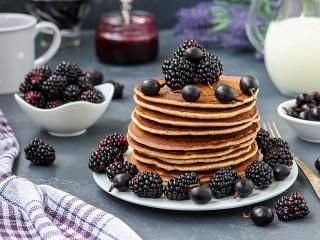 Собирать пазл Pancakes and blue berries онлайн