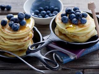 Собирать пазл Pancakes with blueberries онлайн