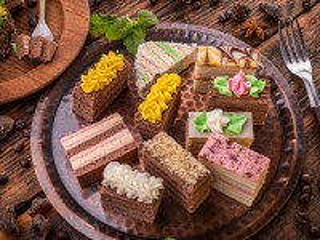 Собирать пазл Cakes on the tray онлайн