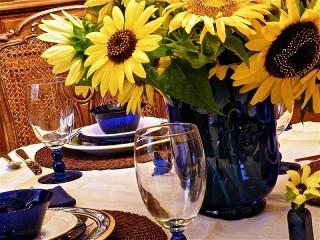 Собирать пазл Sunflowers and glasses онлайн