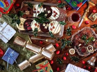 Собирать пазл Festive table онлайн