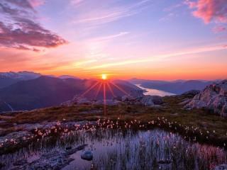 Собирать пазл Sunrise in the mountains онлайн