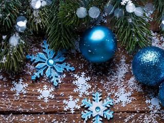 Собирать пазл Snowflakes and balls онлайн