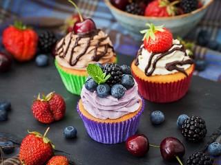 Собирать пазл Three cupcakes онлайн