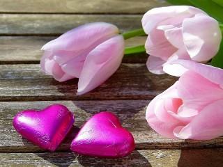 Собирать пазл Flowers and chocolates онлайн