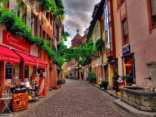 Собирать пазл Street with shops онлайн