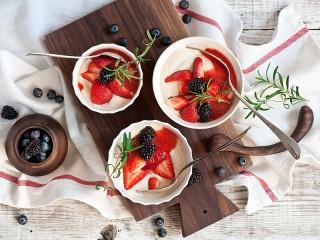Собирать пазл Berries and cream онлайн