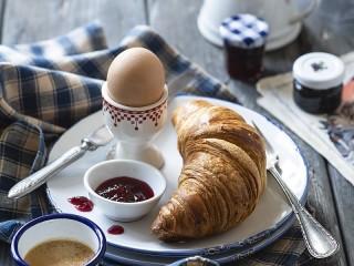 Собирать пазл The egg and croissant онлайн